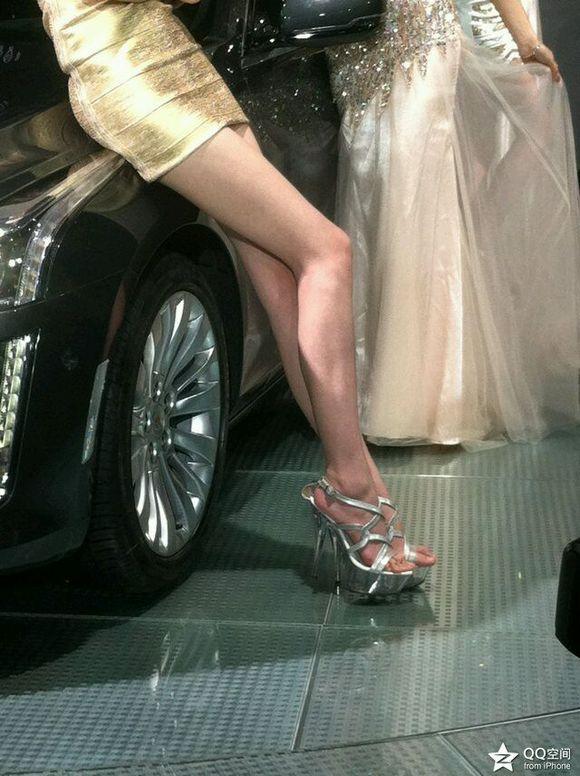 都说美不美露大腿 恒星美女的大腿呢!