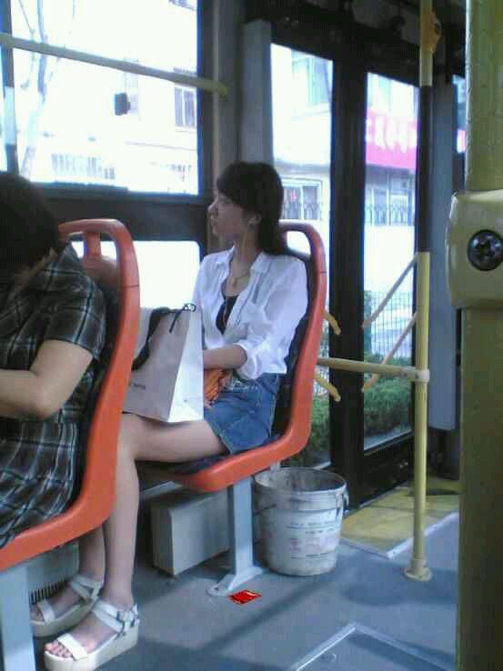 今天坐公交车偷拍一个美女 竖