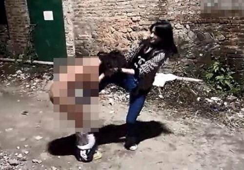 初中女生遭虐打 脱光被踢下体