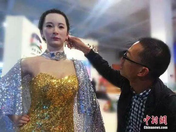 美女机器人穿性感礼服亮相兰州