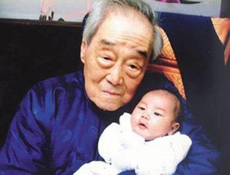 晚年的孔德成抱着不到两个月大的曾孙孔佑仁图片
