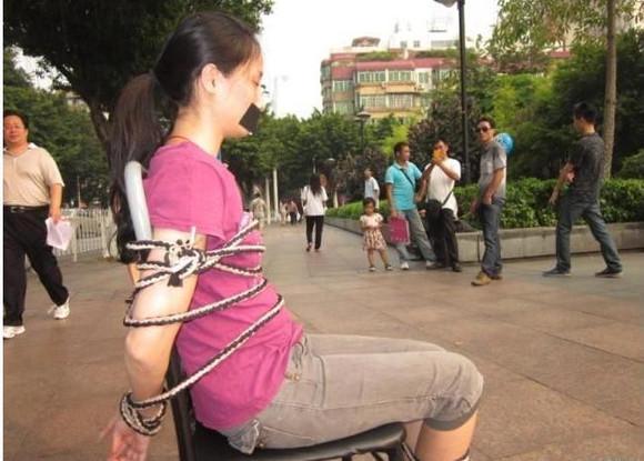 广州一裸腿美女被捆绑在街头