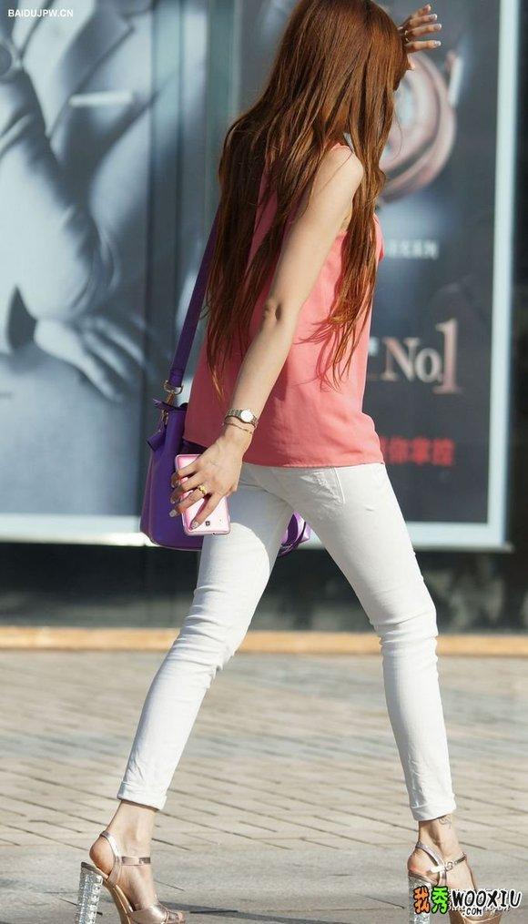 街拍时尚白色紧身裤气质美女