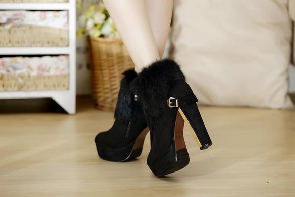 据说高跟鞋的发明者是巴黎的一名女子