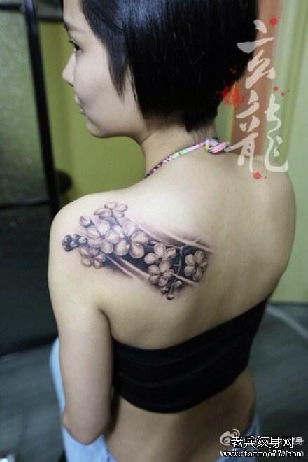 想要记住一个人,求背部小范围纹身素材图片