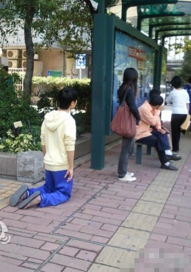 看看男生给女生下跪和女生向男生下跪有什么不同