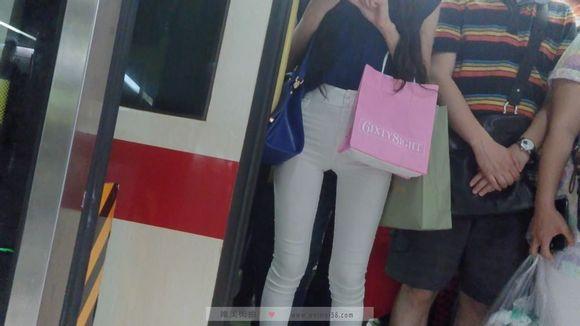 地铁美女 竟然从下车后湿了