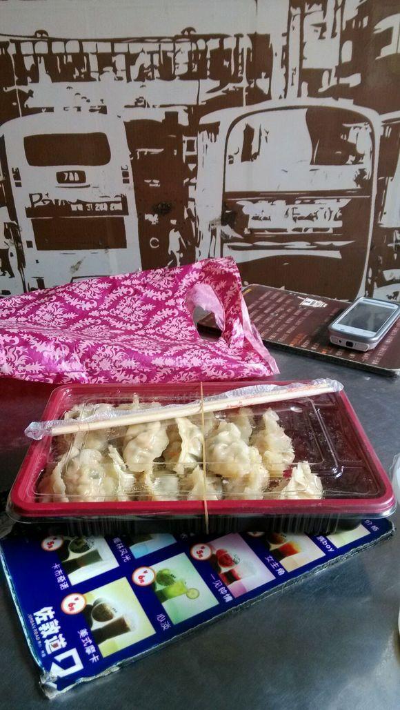 美女打包来的饺子