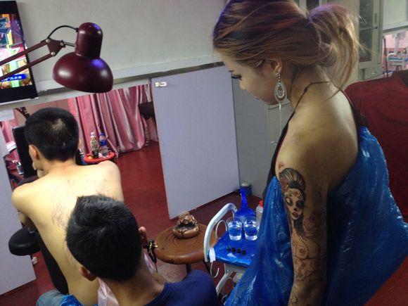 上海女纹身华裔美女花臂直播