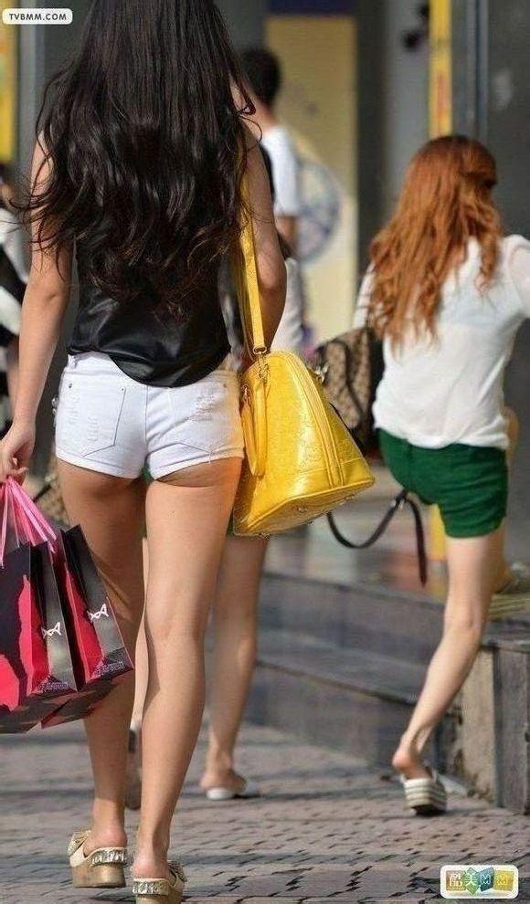 街拍的热裤美女 几分的大白腿?