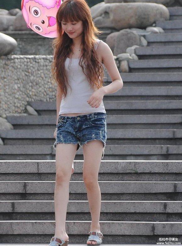 很白的漂亮超短热裤美女