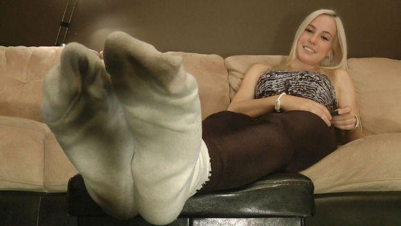 小美女大热天穿靴子 一双白色袜子连穿两星期