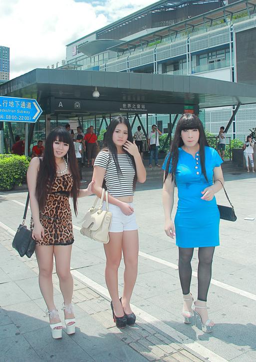 我和俩美女一起穿上18厘米超高跟逛街 竖