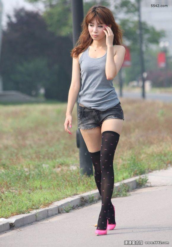 极品热裤美女 腿细白嫩 竖