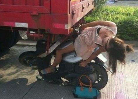 美女骑摩托车追尾