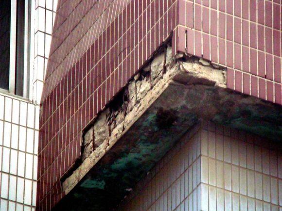 楼房楼体外墙瓷砖脱落发愁.2014年10月23日下午,六楼楼体外高清图片