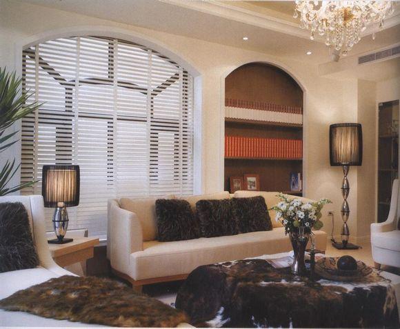 建筑的手法,利用木条拉长视线,搭配内嵌镜面的菱格形柜体,塑造高清图片