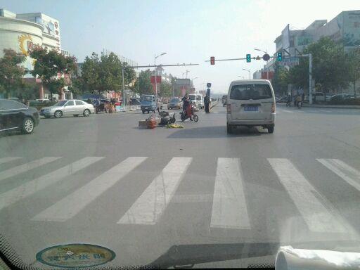 新世纪大路口天降摩托车?!!!!!!!!!!