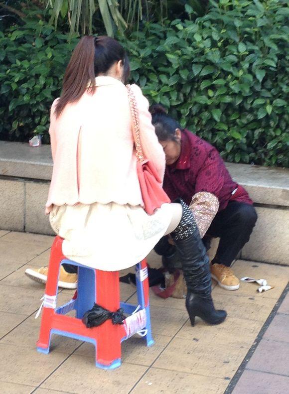 给美女擦高跟靴