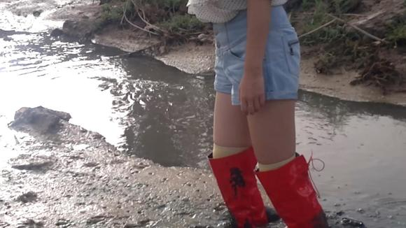 美女红色高跟过膝靴踩泥到大腿