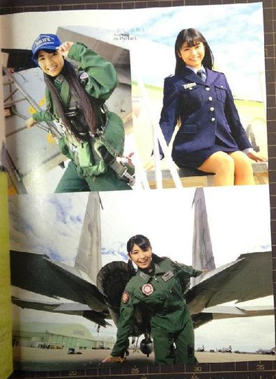 日本自卫队2014年历亮相:美女士兵激励士气