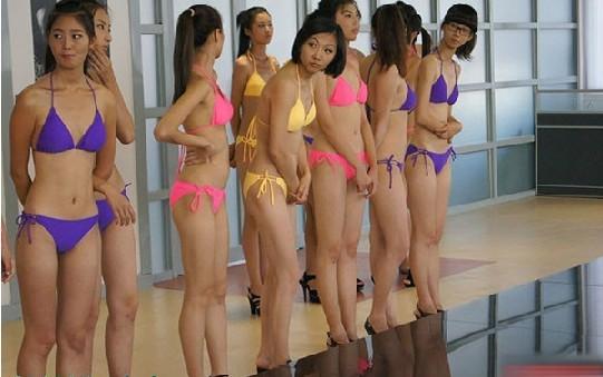 90后女生集体穿比基尼上课