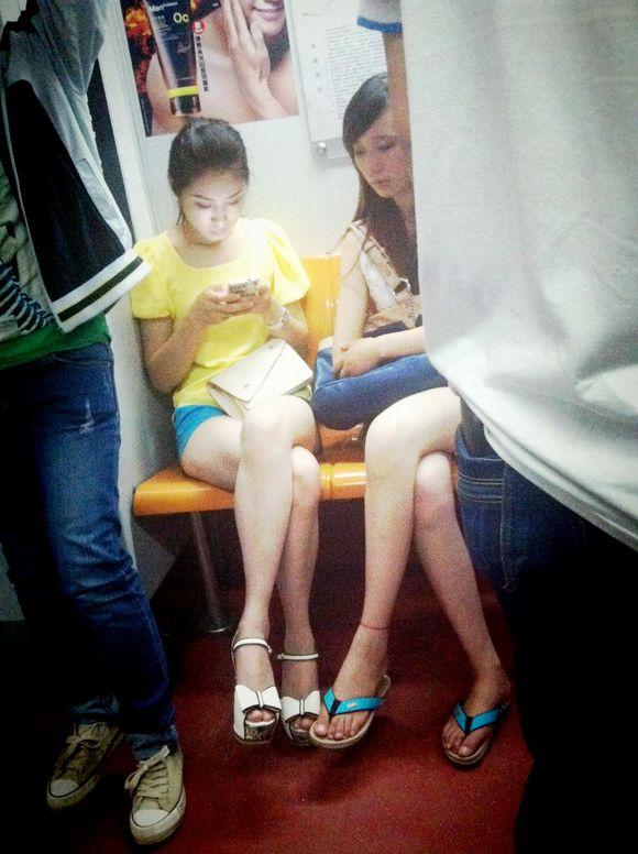 我现在可乐意看小姑娘那个大白腿了图片