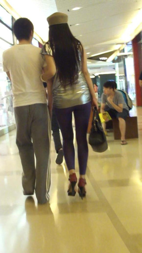 跟拍极品美臀紫色紧身裤高跟美眉