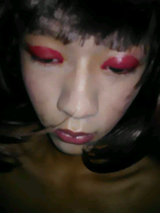 我是小受.喜欢深夜化女妆~~~成为伪娘是我的梦想