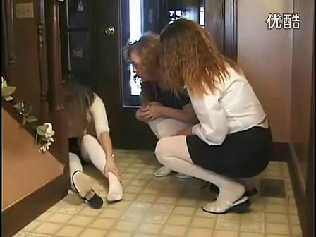 美女扭伤自己的脚了