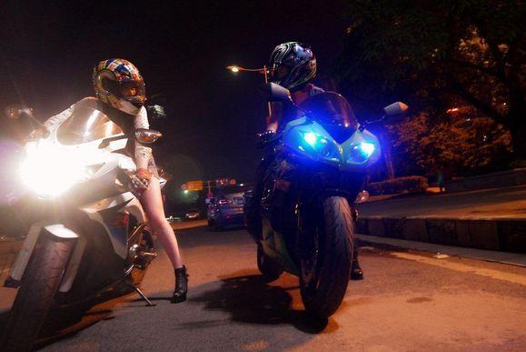 两位女孩骑车夜游记 重机车吧