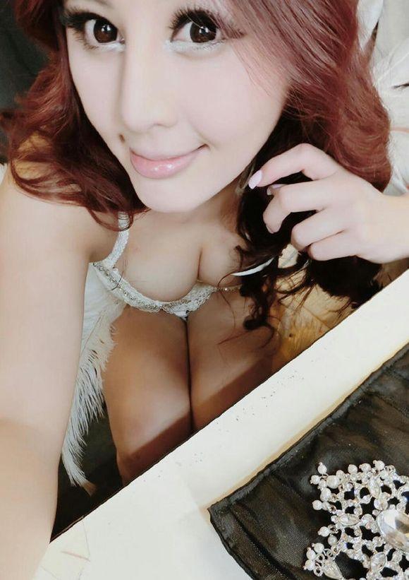 台湾美女胸部夹水果 被宅男赞第一乳神