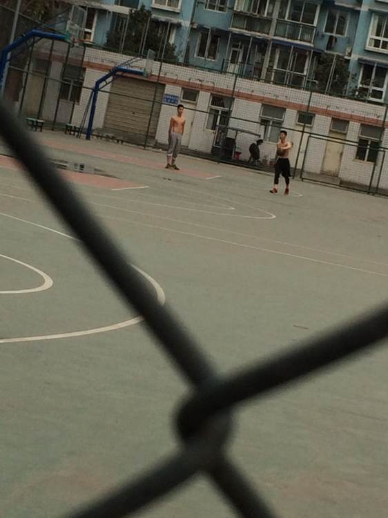 这是今天路过篮球场拍的