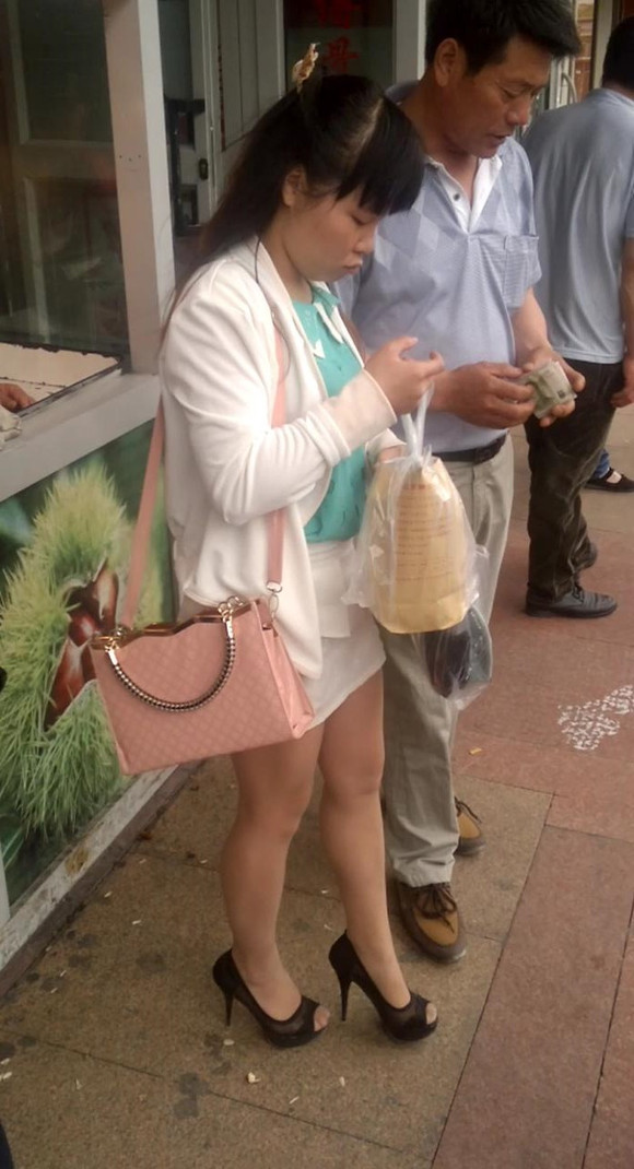 原创系列97 包臀短裙肉丝高跟妹子买板栗