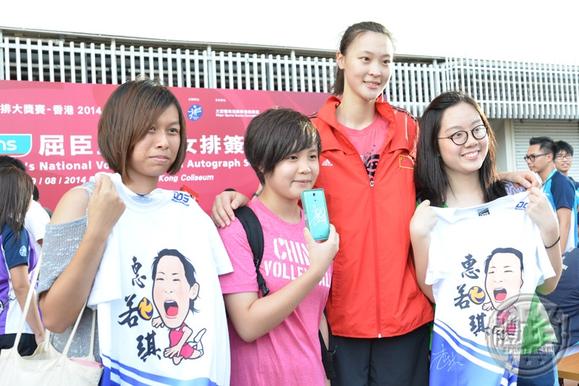 海报、纪念t恤和排球外,更有球迷小朋友索性叫球员在门票上签高清图片