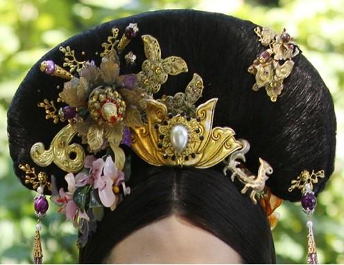 妃嫔穿戴的珠宝头饰和华丽的衣裳,可见剧组在这方面也是下足高清图片