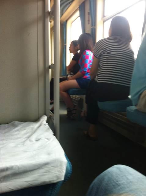 火车卧铺有个美女 要不要冒死偷拍呢?