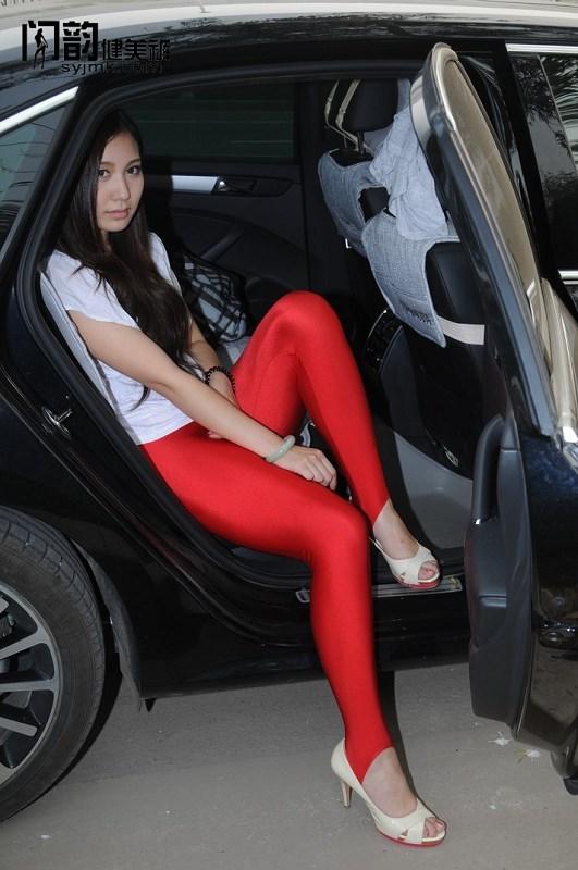 闪韵美女模特红色踩脚健美裤户外秀