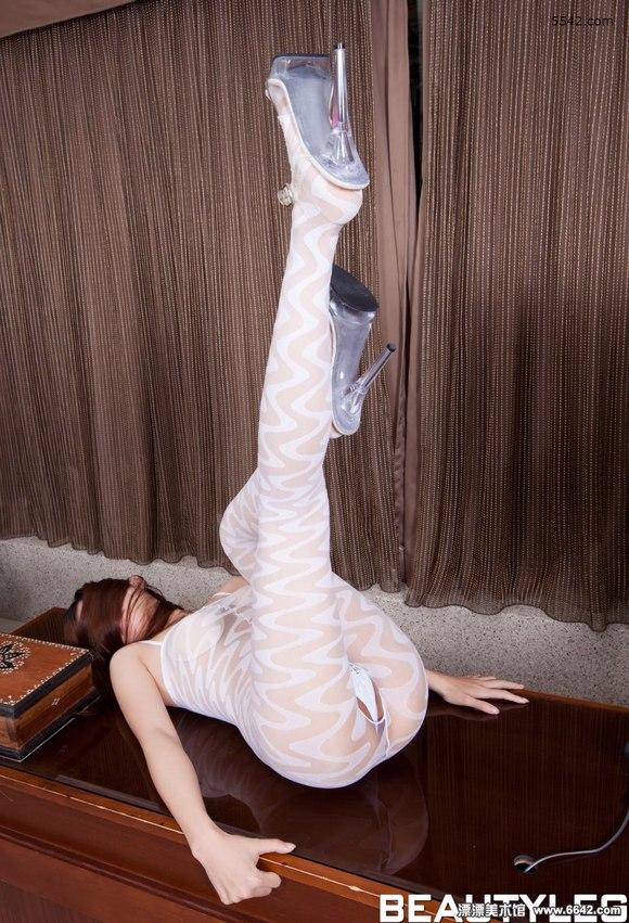 美女sabrina身穿白色波浪纹连身袜