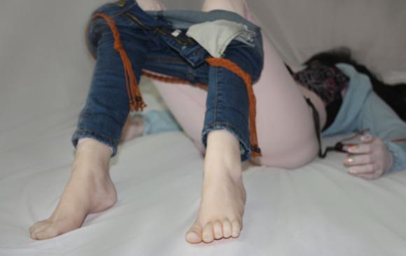 俺家小美女有双漂亮 性感的小脚丫!