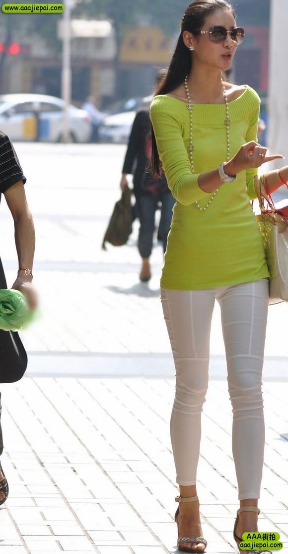 街拍白色紧身裤气质美女 竖