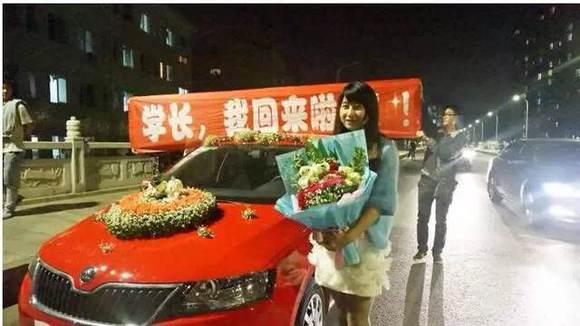 美女开豪车进校园向学长求婚