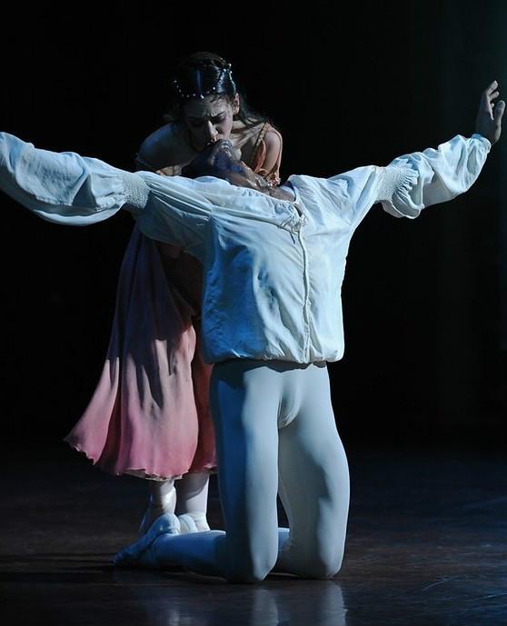 芭蕾舞男演员为什么要穿紧身衣啊总觉得很尴尬