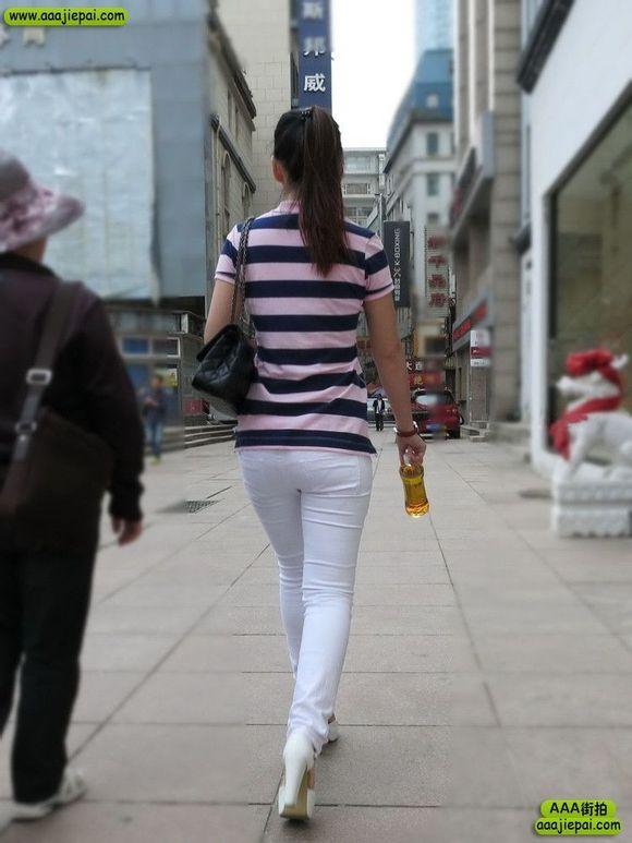 街拍性感高挑紧身白裤长腿高跟美女笑容灿烂