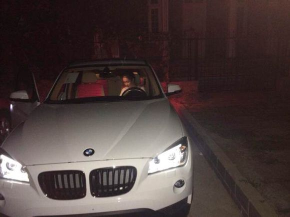 大晚上美女开车 敢坐不?