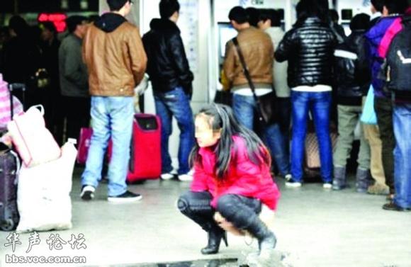 有一美女排队买票等的太久了想小便
