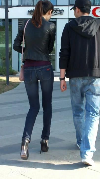 紧身牛仔裤翘臀美女