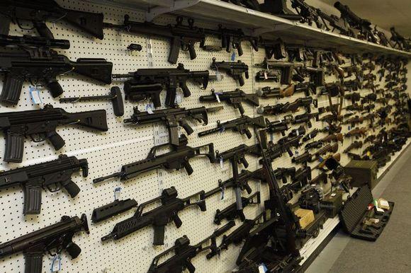 美国土豪军迷自建军火库 枪械种类繁多如星