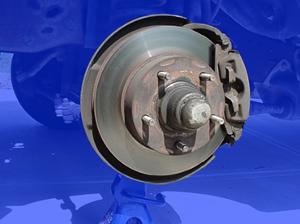 浮钳盘式 浮钳盘式制动器,制动钳体2通过导向销6与车桥7相连,可以