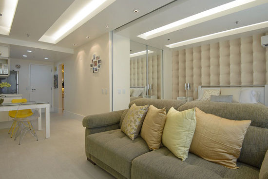 背景墙自然相融.地面是浅色的木条地板,充满质感,白色的背景高清图片